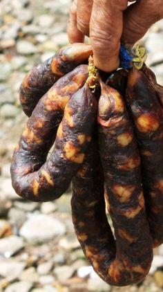 pork sausages Homemade Spanish Chorizo or Dried Spanish Spicy Smoked Paprika Pork Sausage Recipe. Spanish chorizo sausage referring to many different types of dried and cured pork sausag Salami Recipes, Pork Sausage Recipes, Homemade Sausage Recipes, Charcuterie Recipes, Homemade Chorizo, Brat Sausage, Spicy Sausage, Chorizo Sausage, How To Make Sausage