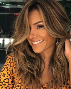 Mechas for brunettes: wonderful tips inspirations and tutorials Balayage Hair Caramel, Hair Color Caramel, Brown Hair Balayage, Ombre Hair, Brown Hair With Blonde Highlights, Hair Color Highlights, Honey Blonde Hair, Demi Lovato Hair Color, Pelo Color Caramelo