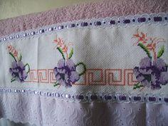 Toalha de banho bordada em ponto cruz lilás