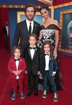 Matthew McConaughey and Camila Alves take their kids Levi, Vida and Livingston to the premiere of Sing on December 2016 Celebrity Red Carpet, Celebrity Babies, Celebrity Couples, First Ladies, Cute Family, Beautiful Family, Kids Singing, Film D'animation, The Jacksons