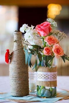 Un centre de table fleuri, avec des bouteilles