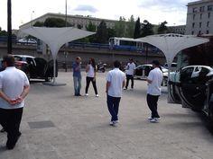 En plano Centro viendo los distintos modelos de Mercedes