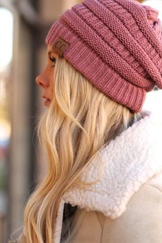 This knit beanie will be perfect to keep you warm during chilly winter days! Beanie Outfit, Cc Beanie, Knit Beanie, Cute Winter Hats, Winter Hats For Women, Cc Hats, Knitted Hats, Crochet Hats, Hat Hairstyles