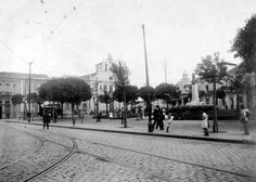 Uma foto antiga de 1914 da Praça João Mendes com a já demolida Igreja Nossa Senhora dos Remédios.