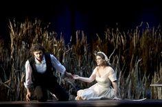 Lohengrin di Richard Wagner - che inaugura la stagione 2012/2013 della Scala di Milano - apre con i fischi. Sono diretti a Ronny Dietrich (drammaturg) e a Claus Guth (regista).