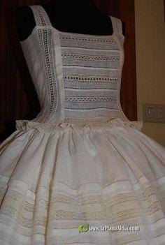 bordados en tul | Aprender manualidades es facilisimo.com Barbie Clothes, Diy Clothes, Little Dresses, Girls Dresses, All Fashion, Fashion Dresses, Disney Princess Dresses, Heirloom Sewing, Vintage Looks