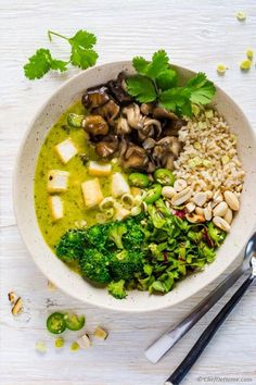 Easy and flavorful Thai Green Curry dinner made with fresh homemade green curry paste and coconut curry sauce tossed with sauted broccoli, Green recipes || Green food || Green eats || Healthy food || #cleangreens #greenrecipes #greenfood #greeneats #healthyfood || https://pulpstoryjuice.com/
