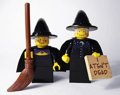 Lego Granny Weatherwax & Nanny Ogg (combines 2 of my fave things)!