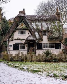 The final cottage of a little gem in the countryside of Cambridgeshire sprinkled with a dusting of snow. Style Cottage, Cottage In The Woods, Cozy Cottage, Cottage Homes, Cottage Farmhouse, Cottage Living, Living Room, Fairytale Cottage, Romantic Cottage