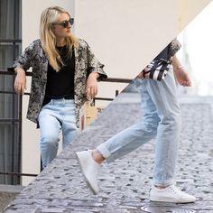 Fiona Khalifa // Jean boyfriend. Baskets blanches. T-Shirt noir basique. Veste imprimée. Collier chaine or.