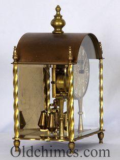 "C0125. Jam antik ini dikenal dengan sebutan ""400 Day Clock"" atau ""Anniversary Clock"". 400 Day Clock adalah jenis jam antik yang hanya perlu diputar sekali dalam setahun. Dibuat oleh perusahaan terkenal dari Jerman, KOMA, pada tahun 1950 – 1960an. Jam antik ini sendiri dibuat pada awal tahun 1960an dengan bahan kuningan. #jam #antik #koma"