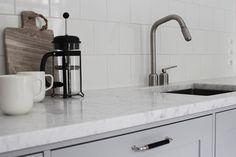 Pihkalan upean Unique Home -keittiön kruunaavat aidot marmoritasot. - www.uniquehome.fi
