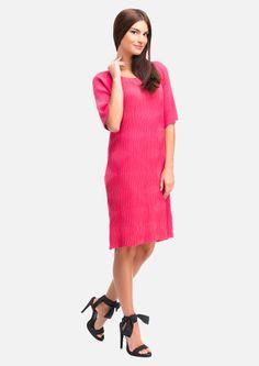 b3160645f93a16b Летнее гофрированное платье прямого силуэта, глубокой круглой горловиной,  широкий рукав-реглан до локтя