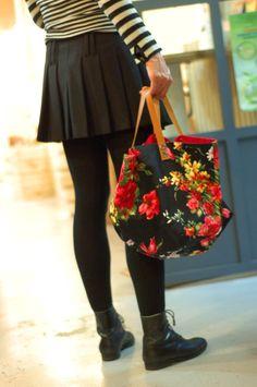 Petit cabas en coton fleuri noir et rouge doublé d'une percale de coton 1 grande poche plaquée à l'intérieur