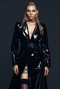 The Fashion Issue : Leather trench coat Dress to Kill Magazine. The Fashion Issue: Spotlight on the Canadian Fashion Scene. Latex Fashion, Fashion Models, High Fashion, Fashion Goth, Fashion Magazine Cover, Elegantes Outfit, Vogue Covers, Komplette Outfits, Lookbook