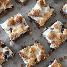 These S'more Magic Cookie Bars are so delicious! With a creamy sweet layer, and buttery graham cracker flavour, chunky chocolate and toasted marshmallows. No Bake Desserts, Dessert Recipes, Milk Chocolate Chip Cookies, Magic Cookie Bars, Magic Bars, Graham Crackers, Dessert Bars, The Fresh, Cookie Recipes