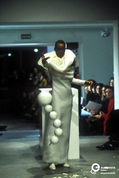 Viktor & Rolf, s/s 1998 haute couture collection, photo by Etienne Tordoir. Courtesy Catwalkpictures, all rights reserved.