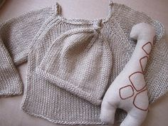 Cozy #knit baby set complete with a stuffed giraffe.