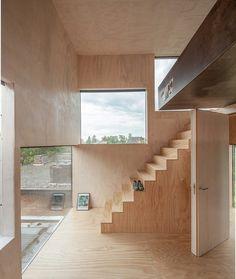 Außergewöhnliches Baumhaus mit großformatigen Fenstern und Ausstattung aus Sperrholz