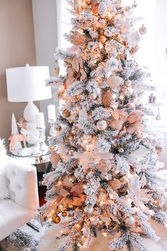 Here are best White Christmas Decor ideas. From White Christmas Tree decor to Table top trees to Alternative trees to Christmas home decor in White. Rose Gold Christmas Tree, Rose Gold Christmas Decorations, Elegant Christmas Trees, Flocked Christmas Trees, Christmas Tree Themes, Beautiful Christmas, Christmas Home, Christmas Holidays, Christmas Mantles