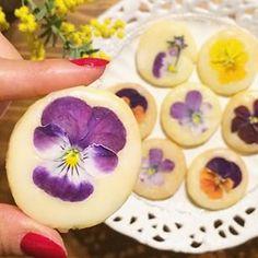食べられるお花「エディブルフラワー」を使った、とってもオシャレなクッキーについてご紹介します♡