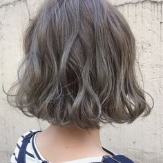 Apparently mushroom colored hair is 2018 Seems complicated to achieve As is this tousled effect on Asian hair. Implausible, but when has beauty ever been not so. Love Hair, Great Hair, Medium Hair Styles, Curly Hair Styles, Ash Hair, Shot Hair Styles, Hair Arrange, Permed Hairstyles, Girl Short Hair