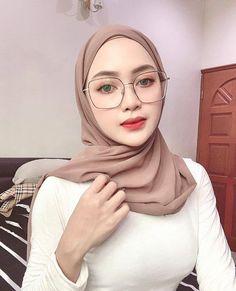 Arab Girls Hijab, Girl Hijab, Muslim Girls, Ash Blonde Balayage, Hijab Chic, Beautiful Hijab, Blonde Beauty, Blouse Styles, Hijab Fashion
