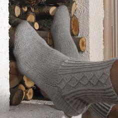 Cabled men's sock pattern by Linda Horvei