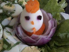 uma flor de cebola e um pintinho de ovo