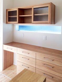 栗の食器棚です。 吊棚の引き戸はチェッカーガラスで。 デザインガラスを使うと、食器棚の印象が変わります。 吊棚…
