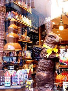 Bruges, Belgium: Typical Belgian chocolate shop!