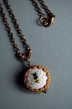 Tem muita gente que prefere bijuterias mais delicadas, simples mas ao mesmo tempo com bastante arte. Veja pingentes de ponto de cruz.