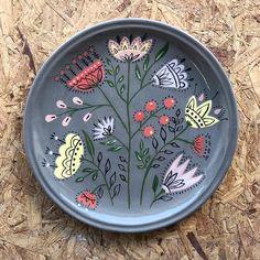 Ceramic Birds, Ceramic Decor, Ceramic Plates, Ceramic Pottery, Pottery Art, Ceramic Art, Pottery Painting Designs, Pottery Designs, Pottery Houses