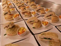 Sandwich en pan artellano con especias / jamon de pollo / queso holandes / vegetales (dulce de cebolla, rugula) / mayonesa de pepinillos / fruta fresca