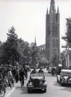 Tweede Wereldoorlog - Nederland. Duitse bezettingstroepen arriveren in Hilversum. Op de achtergrond de St. Vitus. Foto uit 1940.