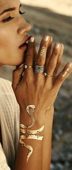 tatuajes de cobras en el brazo para mujeres