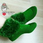How to Knit Super Easy Unisex Slippers - Her Crochet Crochet Cozy, Crochet Boots, Crochet Baby Shoes, Knitting Socks, Knitting Stitches, Baby Knitting, Knitting Designs, Knitting Patterns, Crochet Patterns