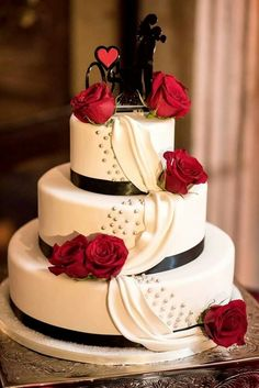Black and white wedding cakes display their own elegance and sophistication. White wedding cakes have been common for years together … Black And White Wedding Cake, Red And White Weddings, Black Wedding Cakes, Beautiful Wedding Cakes, Beautiful Cakes, Black White, Black Gold, Cake Wedding, Wedding Cakes With Roses