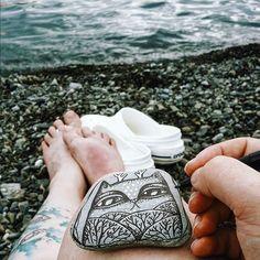 """Пасмурно. По пляжу ходят гульки. Я снова рисую. Ласты каждый раз забываю дома. Этот кот останется на пляже Приморский, там, где скульптура какого-то посейдона. Я пока тут и кот на месте) Подсказывают, что существует флешмоб #найдикамень. Хорошо, пусть будет) Кстати, в 2013 году мой камень нашли. И даже написали мне в контакте) P.S. Вместо """"белые розы"""" можно петь """"белые кроксы"""", но нужно включить воображение."""