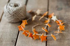 orange skin star garland - this would make an awesome Yule decoration, don't ya think? Noel Christmas, Homemade Christmas, All Things Christmas, Winter Christmas, Christmas Ornaments, Christmas Bunting, Natural Christmas, Easy Diy Crafts, Holiday Crafts
