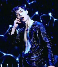 Omg ... Lay with his abs showing and all soaked! I CAN'T HANDLE THIS *faints*