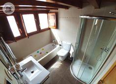 Baño 🚽 con bañera 🛀 y ducha bajo cubierta Aurora, Villa, Bathtub, Bathroom, Rural House, Under Decks, Rain Shower Heads, Houses, Standing Bath