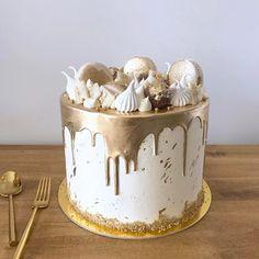 ✨• Gold • ✨ decorada con macarons, merenguitos, chocolatitos y ferreros. Pedidos y consultas 💌 contacto@kekukis.com.ar #gold #dripcake #golddrip #kekukis #pastry #cake
