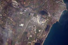 Une de mes destinations préférées dans le monde : l'aéroport international #Rome-Fiumicino (LIRF/FCO) #airportsfromspace ✈️️🇮🇹