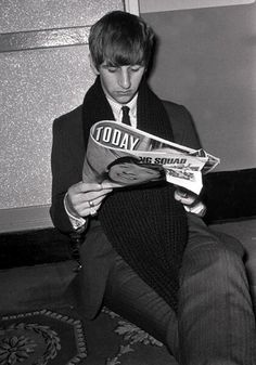 Portrait of Ringo Starr, drummer with The Beatles pop group, reading a copy of Today magazine, 1963 (Photo by Popperfoto/Getty Images) Ringo Starr, George Harrison, Beatles Photos, The Beatles, Paul Mccartney, Great Bands, Cool Bands, Celebrities Reading, Richard Starkey