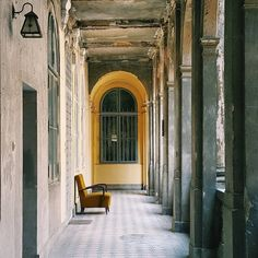 Многие дворы Будапешта имеют одинаковую структуру: квадратный двор, по периметру которого на каждом этаже идет сплошной балкон, обрамленный арками. В таких дворах часто утраивают кафе или даже клубы с открытой крышей, где ночью под звуки жуткого пампа можно наслаждаться звездами. Проверено на себе