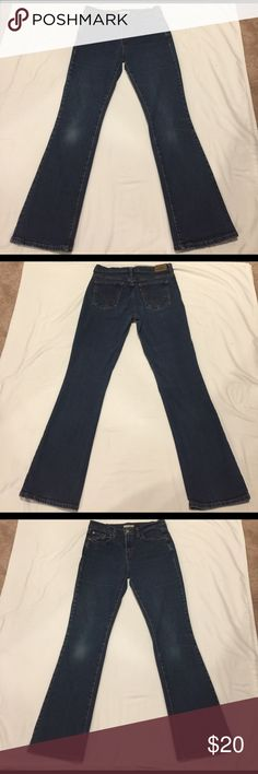 🌺🌸 LEVI'S 🌸🌺 Awesome 515 Boot Cut SZ 8M 🌺🌸 LEVI'S 🌸🌺 Awesome 515 Boot Cut SZ 8M these jeans are truly super comfortable. Nothing bets a great pair of Levi's.  Preloved in great condition. The inseam is 31 inches. Levi's Jeans Boot Cut