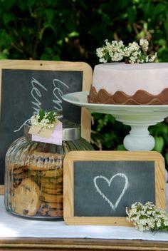 I love this wedding cake table decor using chalkboards