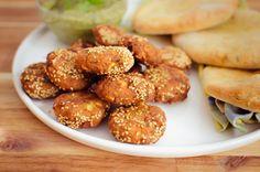 Falafele czyli kotlety z ciecierzycy w sezamie, plus pity