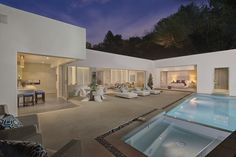 Modern Backyard at Hillcrest in Trousdale Estates, Beverly Hills by Boswell Construction
